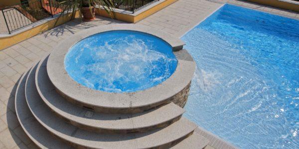 Doppia piscina interrata con tecnologia Myrtha.